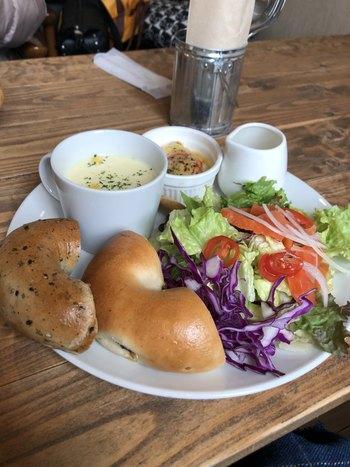 カフェスペースでは、ランチもいただけます。こちらは、日替わりハーフベーグルが2種類セレクトできる人気の「サラダプレートランチ」。盛り付けがおしゃれで、味はもちろんフォトジェニックと評判です。