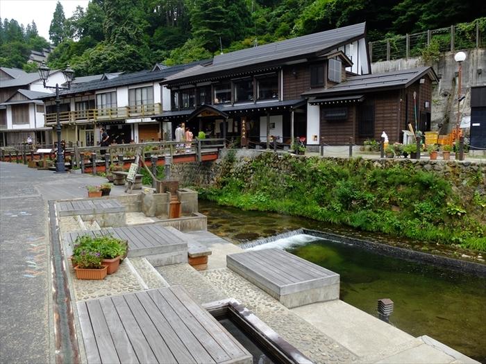 銀山川のほとりにある「和楽足湯」は、だれでも無料で利用できます。温泉街のそぞろ歩きの休憩や、テイクアウトスイーツを食べながらくつろぐのにぴったりのスポットです。