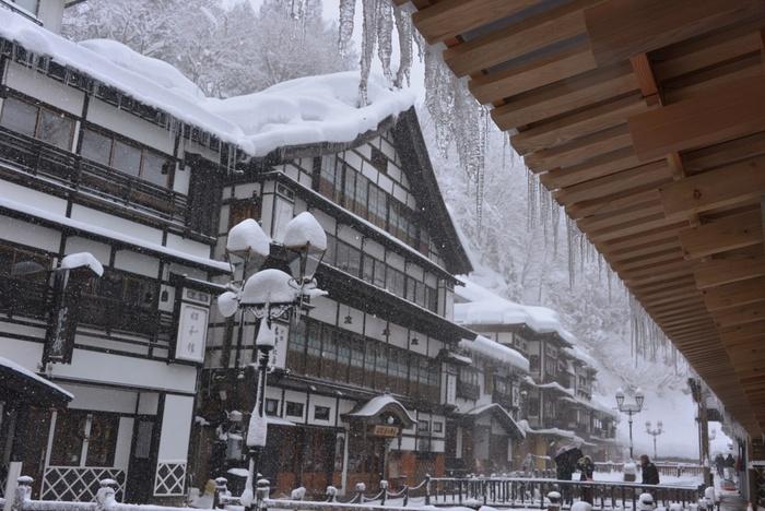 銀山温泉の街並がひときわ美しく映えるのは、雪が積もる冬の時期と言われています。宿から漏れるあかりや、道に立ち並ぶガス灯のあかりが、それぞれの造形を引き立てます。
