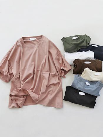 「handvaerk(ハンドバーグ)」は2013年にニューヨークで誕生したカットソーブランド。創業者自らが素材を調達し、紡績から縫製までのすべての工程を管理することで、高いクオリティーを実現しています。ゆったりしたサイズ感でストレスなく着こなしたい方にオススメの1枚です。