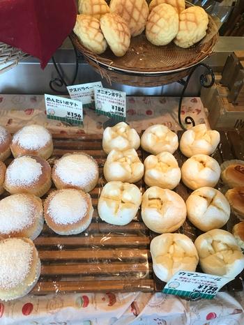 店名の通り、パンはどれも見るからにふかふかのやわらかさが伝わってきます。中でも、白パンにクリームチーズがたっぷり入った「カマンベール」は抜群のおいしさです。