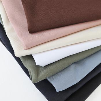 カラーは豊富な8色展開。アースカラーやくすみカラーといったナチュラルに染め上げたカラーも多く、どのカラーを選んでもデイリーに着こなせます。