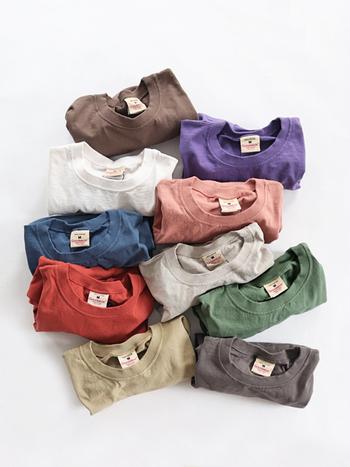 今回は、Tシャツの素材でおなじみの「コットン」をはじめ、高級素材である「カシミア」等、使用されている素材に注目し、ストレスフリーな質感を叶える「やさしい手触り」のTシャツを4選お届けします。ぜひお気に入りの1枚を見つけてみてくださいね♪
