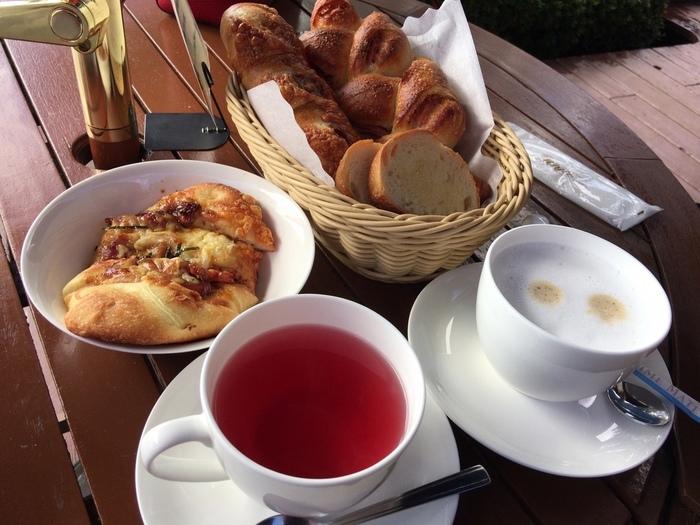 購入したパンは、温めて食べやすいサイズにカットしてもらえます。美しい景色を眺めながらいただくパンは、贅沢な味わい。優雅な時間を過ごしたい方にもぴったりな場所です。