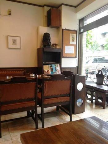 ダークブラウンを基調にした店内は、コーヒーを飲みながらおしゃべりする方や、ひとりでゆっくりなど、思い思いの時間を過ごせます。