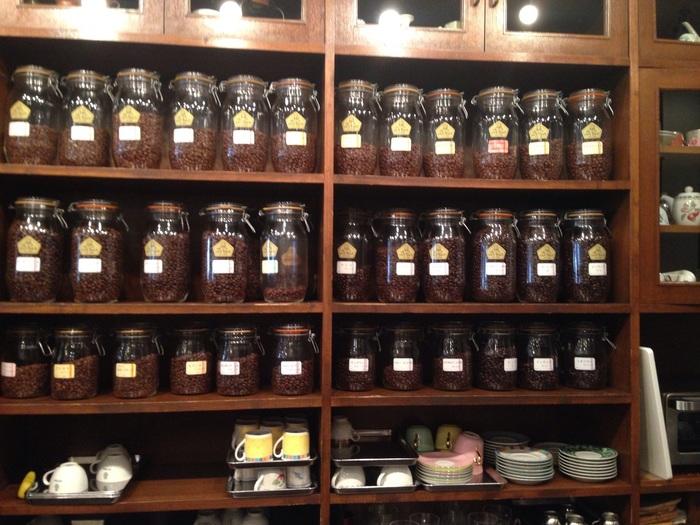 コーヒーの香りが漂う店内は、シックで落ち着いた雰囲気。カウンターにずらりと並ぶコーヒー豆は、オリジナルの焙煎機で毎日使う分だけ焙煎しています。