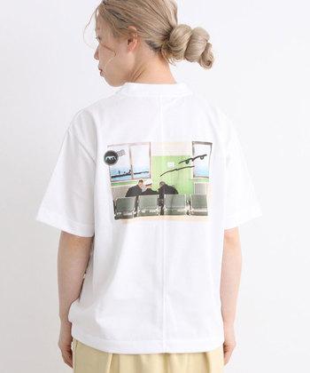 フォトグラファーの山口こすもさんの作品をグラフィック化させたTシャツ。CDジャケットのようなセンスの良いデザインがオシャレです。