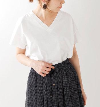 くっきりとしたVネックのTシャツ。ショートスリーブなので一見ボーイッシュなアイテムかと思いきや、着ると鎖骨が見え、女性の長所をさりげなく引き出してくれる1枚だと気が付くはず。