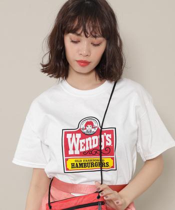 アメリカの人気ハンバーガーショップ「Wendy's(ウェンディーズ)」の看板をそのままTシャツのデザインに。ポップな雰囲気がとっても可愛いので、夏のアクティブなコーデに合わせたい一枚です。