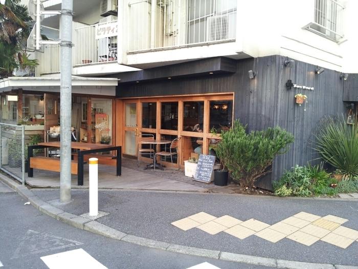 """原宿駅の竹下口から歩いて10分ほどの通り沿いにある「Tas Yard(タス ヤード)」は、""""ランドスケーププロダクツ""""というインテリアブランドが展開するカフェです。"""