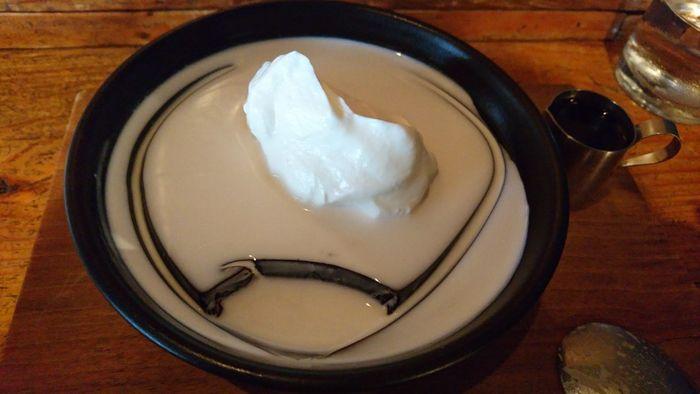 別添えのコーヒーシロップは、濃厚でコクのある甘さが特徴です。苦みのある濃いめのゼリーとのバランスも◎ボリュームもあり、食べごたえも満点です。