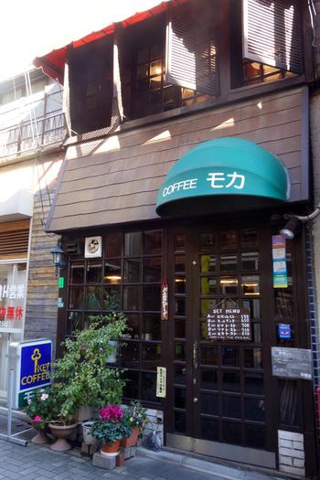 西武池袋線の江古田駅から歩いて3~4分の音大通りにある「モカ」は、ガラス張りの入り口がレトロな雰囲気の喫茶店です。