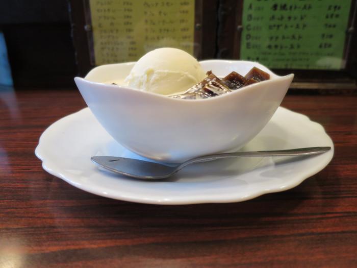 名物のコーヒーゼリーは、お砂糖の入った牛乳の中にキューブ状にカットされて浮かんでいます。しっかりしたかための食感とアイスクリームのバランスも絶妙。オーナー手作りのどこか懐かしい味が人気です。