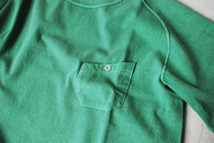 サイドに縫い目のない丸胴ボディ。体に立体的にフィットして、ストレスフリーな着心地なんです。斜めのラインがかわいいポケットも印象的で◎