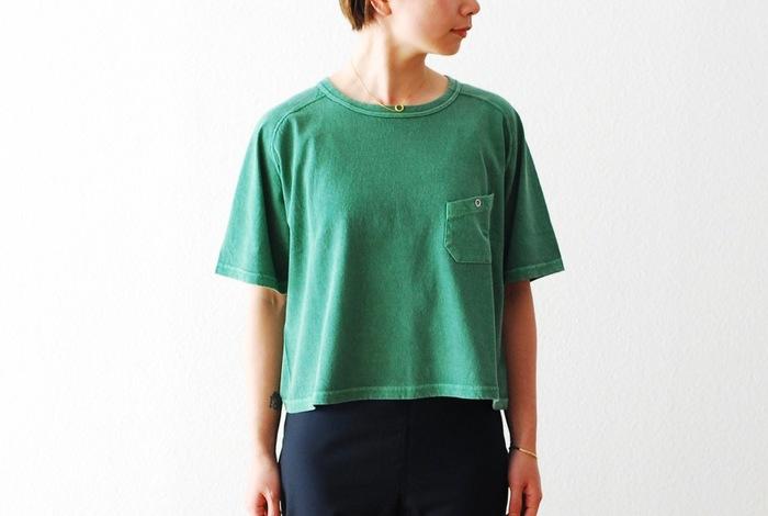 ゆったりとしたビッグサイズシルエットが、カジュアルなスタイリングにぴったり合います。やや着丈が短めになっているのでハイウエストのボトムなどとの相性も◎。色落ち感を楽しみながら長く付き合えるTシャツは3色展開。使い込みながら毎年違った風合いで楽しめるので、自分だけの特別な1枚になりますよ♪