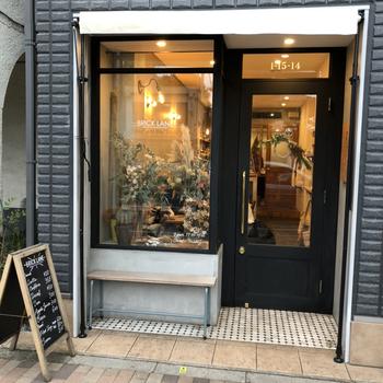 最後にご紹介する「BRICK LANE(ブリック レーン)」は、東急世田谷線の世田谷駅からすぐのところにある、スタイリッシュな外観のカフェです。