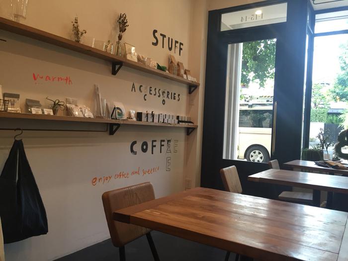 まるで海外のカフェような雰囲気のインテリアがおしゃれ。店内に置かれたアクセサリーや雑貨は購入することもできるんですよ。