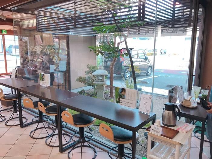 """店内には、窓から小さな庭園を眺められるカフェスペースがあります。""""楽しさを発見するカフェメニュー""""をコンセプトにしたお茶スイーツの数々は、度々メディアに登場するほど人気です。"""
