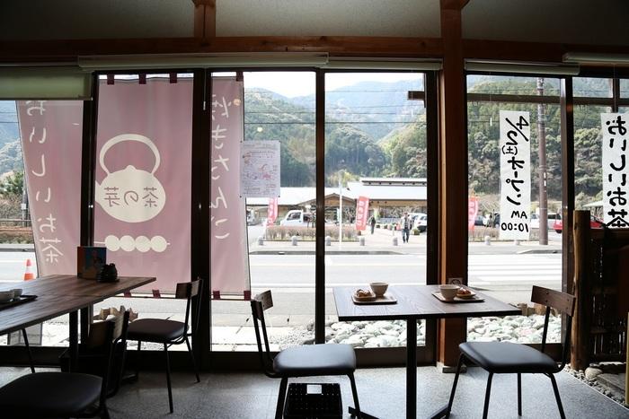 こちらのカフェは、スタッフの方の丁寧な接客も魅力のひとつ。お茶の種類や違いなど、気になることは何でも聞いてみましょう。