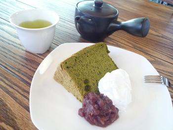 季節や曜日限定のスイーツが人気です。こちらのシフォンケーキは、しっとりふわふわで優しい甘さ。お好みの日本茶と一緒にいただけば、幸せなひと時を感じられます。