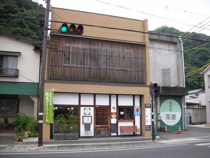 興津駅からほど近いところにある町家風のカフェ「茶楽」は、1925年(大正14年)創業のお茶問屋「山梨商店」が運営する和カフェです。国道沿いにあるので、初めての方もすぐに見つけられます。