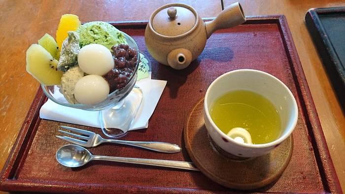 1番人気の「和パフェ」は、抹茶アイスやほうじ茶アイス、抹茶寒天やほうじ茶寒天など盛りだくさん。抹茶アイスは濃厚ながらも苦すぎないのが特徴。アイスの下に入っているもち米玄米の食感もクセになりそうです。