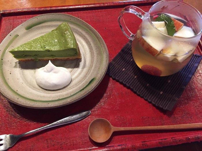 """市内の人気洋菓子店、ラ・ローザンヌとコラボレーションしたチーズケーキも人気。愛知県の名産""""西尾抹茶""""を使用した、美しい緑色とほろ苦さが絶品です。"""