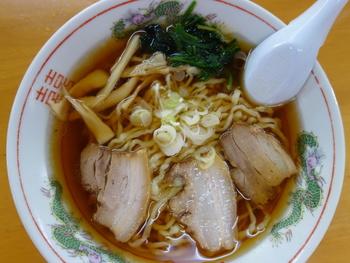 会津ラーメンの特徴は、その麺にあります。 中太の平打ちのちぢれ麺は地元の製麺店で作られるほか、自家製の麺を使っているお店も多くありますよ。  スープはとんこつをベースに煮干しなど魚介をプラスし、お店ごとに個性があります。しょうゆ味がスタンダード。