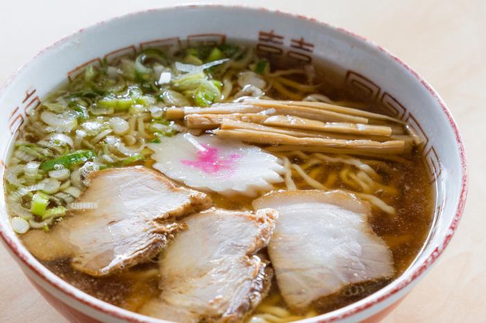 こちらも会津若松駅からほど近い、住宅地の中にある「めでたいや」。人気のラーメンはねぎ肉中華そば。あっさりめのとんこつベースに煮干しの香りのするスープは、山盛りのネギとの相性抜群!