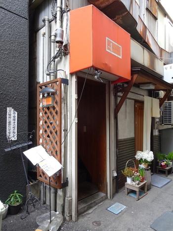 日本橋駅からほど近い裏路地にある「La mignonnette(ラ・ミニョネット)」。大通りから1本入ったところにあるにも関わらず、開店前から行列ができる知る人ぞ知る人気店です。