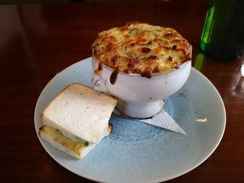 ランチの1番人気は、「オニオングラタンスープとミニサンドウィッチ」。飴色の玉ねぎとたっぷりチーズの下には、トロトロになったパンがたっぷり入っています。