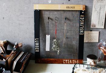 セリアの金網(キャンビングロースター大)やすのこなどを使って収納グッズを手作りする方法も。こちらは鍵などの小物をフックに引っ掛けられる収納アイテム。ペイントなどを施せば、玄関にぴったりのデザインにアレンジできますよ。