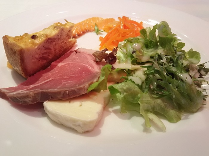 平日のランチは、1,000円台から、コースを含め5種類。中でも1番人気は、前菜とお魚とお肉2種類を盛り付けたメイン、パン、ドリンクが付いた「平日限定コース」です。このボリュームで、とってもリーズナブル。この日の前菜は、サーモンとキッシュ、ラペ、自家製ベーコンやチーズとサラダ。少しずついろいろなお料理がいただけるのがうれしいですね。