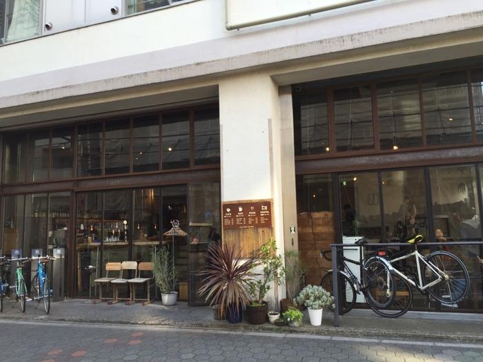 東京・蔵前にあるおしゃれな建物「Nui. HOSTEL & BAR LOUNGE(ヌイ ホステルアンドバーラウンジ)」には、世界中から旅行客が訪れます。1Fは宿泊客以外も利用可能なラウンジになっており、昼はカフェ、夜はバーとして地元の人や宿泊客で賑わいます。