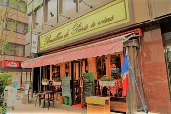 歌舞伎座の裏手にある「パリのワイン食堂」は、パリの街角のようなおしゃれな外観が印象的。先ほどご紹介した「AUXAMIS des Vins(オザミ・デ・ヴァン 本店)」の系列店なんですよ。