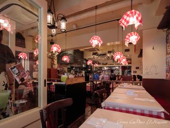 店名の通り、パリの大衆食堂をコンセプトにしたカジュアルな雰囲気の店内。普段着でふらりと入れる親しみやすさが魅力です。