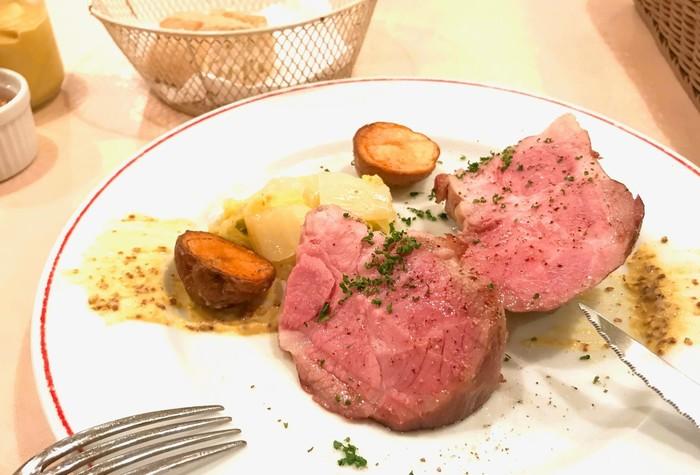 ある日のメインは、豚肩ロース肉のマスタードステーキ。ミシュランビブグルマンの受賞経歴もある本格派のフレンチをカジュアルにいただけるのはうれしいですね。
