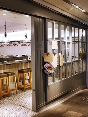 表参道ヒルズの3階にある「bar à vin PARTAGER (バール ア ヴァン パルタージェ)」は、場所柄高級なイメージがありますが、ランチは1,000円台がメインのカジュアルな雰囲気のフレンチバルです。