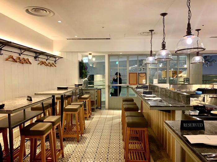 白を基調とした店内には、L字型のカウンターが中央にありオープンな雰囲気。テーブル席もあるので、ひとりでもグループでも訪れやすいですね。