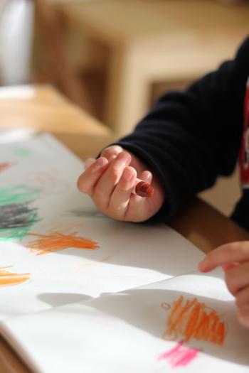 ペンを持ってお絵描きができる年齢であれば楽しめるクラフトですよ。