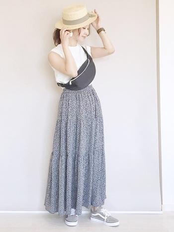 今年トレンドのティアードスカートを使った爽やかなサマーファッション。足元をオールドスクールで野暮ったくすることで、遊び心たっぷりのカジュアルな雰囲気に♪
