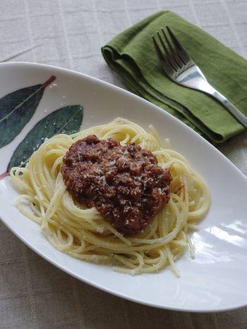 市販のデミグラスソース缶とトマト缶を使って作るお手軽ミートソースパスタ。玉ねぎ、人参、セロリなど野菜たっぷりの身体も喜ぶレシピです。