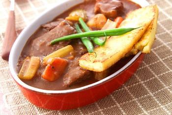 ビーフシチューに添えたいのは、トウモロコシを練って作るポレンタ。もちもちした食感が、濃厚ソースによく合います。