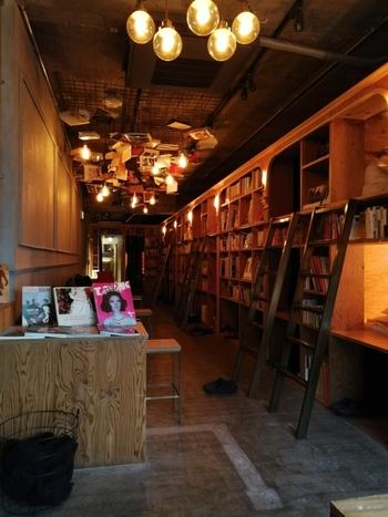 「泊まれる本屋®︎」がコンセプトの「BOOK AND BED TOKYO(ブックアンドベッドトーキョー)」。その名の通り、本棚の中にベッドがある素敵なホステルです。