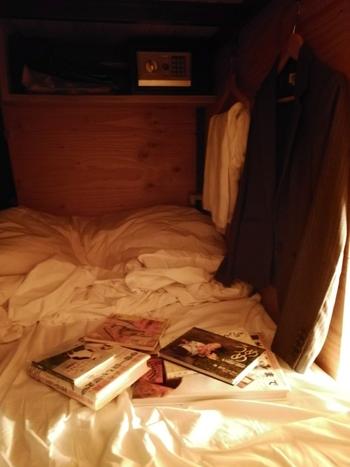 ホテル内の本は読み放題。ルームに入るとベッドの上には本が1冊セレクトされて置いてあるので、今まで読んだことがない本を読んでみるのも楽しいかもしれませんね。