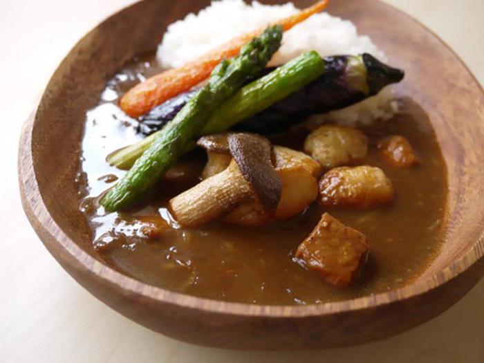 こちらは毎日でも食べたくなるまろやかな甘口のポークカレーのレシピ。素揚げにした野菜をトッピングすれば、彩り豊かな食卓の完成です。