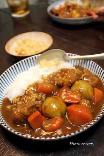具がごろごろと大きい、食べごたえのあるポークカレー。デミグラスソースの他にトマトペーストを入れて、酸味のある爽やかな味わいに。