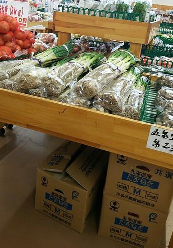 「長岡野菜」をご存知ですか?信濃川が作った肥沃な土壌など、長岡ならではの気候風土の中で育った伝統野菜。戦前から愛され続けているんですよ。  そんな「長岡野菜」に出合えるのが、「JA越後ながおか農産物直売所なじらーて関原店」。 国営越後丘陵公園の帰り道、同じ長岡市にあるので、ぜひ寄ってみては。  地元で採れた長岡野菜をお手頃価格でゲットできるので、旅のおみやげにもぴったりです。