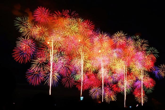 また、長岡市の夏といえば、欠かせないのが「長岡まつり大花火大会」。8月第1週に開催されます。  「日本三大花火」と呼ばれるのも納得。大きな空いっぱいに、鮮やかな花火が打ち上げられます。その数、なんと約2万発!  長岡市を訪れるなら、ぜひ、花火大会の開催日も要チェック♪花火大会も楽しんで、素敵な思い出を作ってくださいね。
