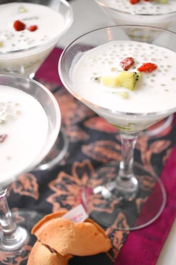 ココナッツミルクのデザートは脚付きのグラスに入れて特別感を。透明感のある器に盛りつけると、とても涼し気ですね。
